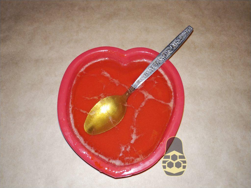размешивание компонентов (мыльная основа + натуральный мёд + облепиховое масло)