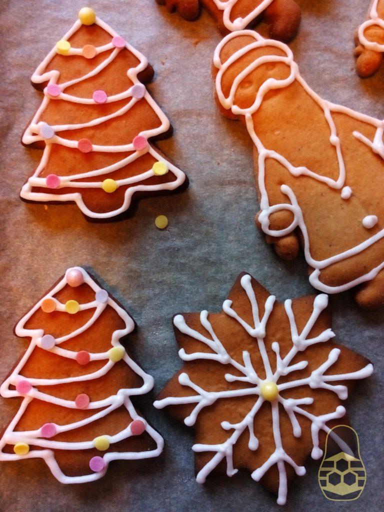 украшенные праздничные пряники на медовом тесте